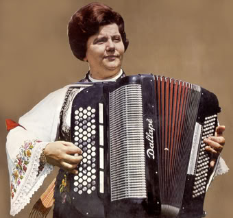 Radojka Živković y su acordeón, tras una sesión de peluquería
