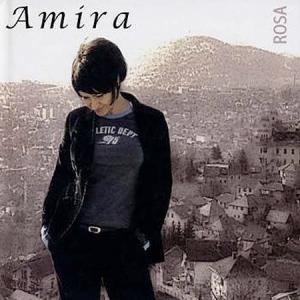 Amira, orgullosa, con su 'Rosa'