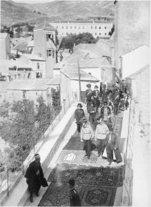 Komadina, el Káiser y el Stari Most enmoquetado.